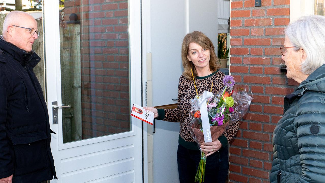 Bloemen voor scheidend voorzitter Sandra Vullings